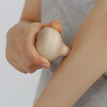 木地玩具を作っているお店が手掛けた、かわいらしい形のツボ押しです。コマを思わせる洋ナシ型をしています。