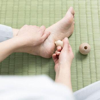 足裏専用に作られたツボ押しで、けん玉のように上下に分けて使います。小さな突起があるパーツは足裏のツボを刺激するためのものです。丸い球は足裏で転がして、全体の優しいマッサージに使います。