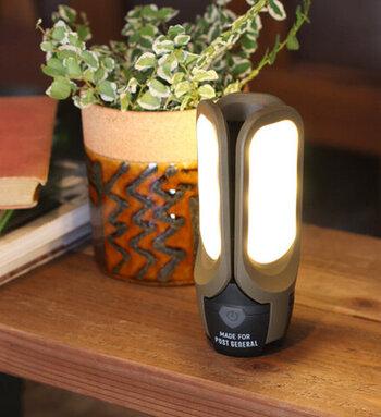 3枚のLEDパネルからなるライト。フル充電はできませんが、パネルを広げるとソーラー充電もできるため、防災グッズとしてもおすすめです。先端にはフックがついているため、車の中などに吊ることもできて便利。普段はベッドサイドに置いておいたり、読書の時間などちょっと手元に明るさを足したい、なんて時にも使えます。