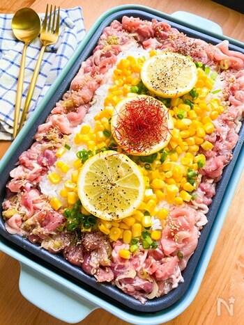 豚肉たっぷりのペッパーランチ風ごはん。一見がっつり系ですが、塩だれ&レモン風味でさっぱりといただけます。コーンや青ネギ、糸とうがらしなどをトッピングして、彩りもきれいに仕上げましょう。