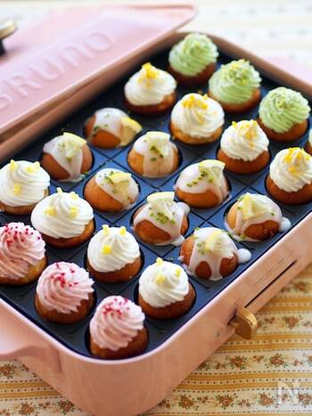 ホットケーキミックスにバターとレモン果汁を加えた生地をたこ焼きプレートで焼いてプチケーキに。仕上げにアイシングとクリームを絞ってデコレーションすれば完成です。