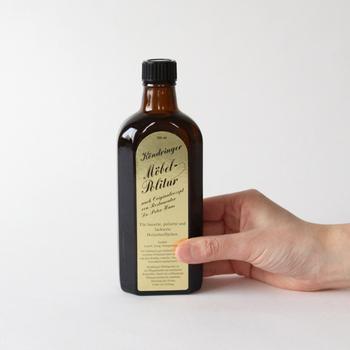 外国の化粧品のようなボトルの中身は、木製品用のツヤ出しオイル。木製品の美しさをキープするためには、油分が必要です。また、プラスチック・金属・皮製品にも使えますので、近くにあるものをついでに磨くこともできますよ♪