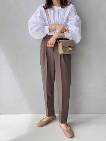 ふわりと大胆にふくらむ袖デザインが印象的なブラウスも、落ち着きのあるモカとベージュを合わせることで上品に着こなせていますね。