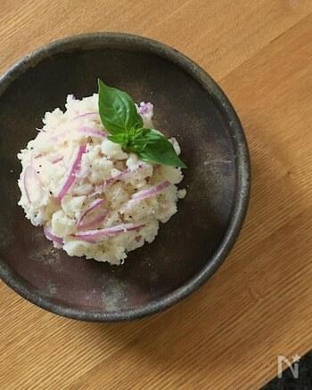 新じゃが、紫玉ねぎ、マヨネーズに塩胡椒という少ない材料で作れるポテトサラダレシピ。シンプルな味付けは、新じゃがの美味しさを味わうのにぴったり。お好みでトッピングを加えても◎