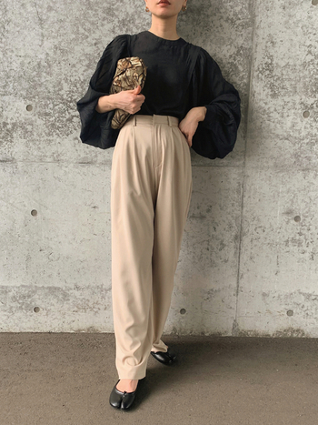 とろみのある素材感で、ボリューム袖のゆったりとしたシルエットが生かされています。全体的にはシンプルな着こなしですが、バッグやシューズに個性的なデザインが入っているので、センスの良い着こなしに。