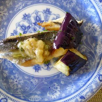 塩レモン+ガーリックでいただく魚料理のレシピ。お刺身とは違う、爽やかで風味豊かな味わいです。さわら以外にも、お好みの切り身に変えてアレンジしてみてください。
