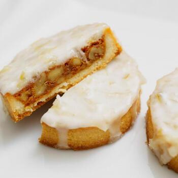 レモンピールは味わいの主役にもなれる素材ですが、こんな風に他の素材を引き立てる使い方もできます。グレーズのレシピを覚えておけば、他のお菓子のアレンジにも使えて便利です。
