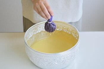 14種類のハーブが入ったバスボールは、少しお湯につけてから揉むことで、お湯にハーブの成分が溶け出します。ハーブエキスを揉み出した後は、凝っている場所や心地よい場所にボールを押し付けてマッサージ。毎日のケアにプラスした、週末の特別なケアとしてもおすすめです。