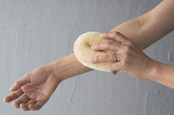 マッサージ用健康たわし「サトオさん」というユニークな名前が付いたタワシは、体を洗いながらマッサージできるアイテム。一番柔らかいサイザル麻をいう素材が使われているので、決して痛くありません。石鹸を泡立てたら、皮が厚い足の裏などからマッサージ。体を洗う間にマッサージ出来るので、なかなかセルフケアが続かないという方には特におすすめです。