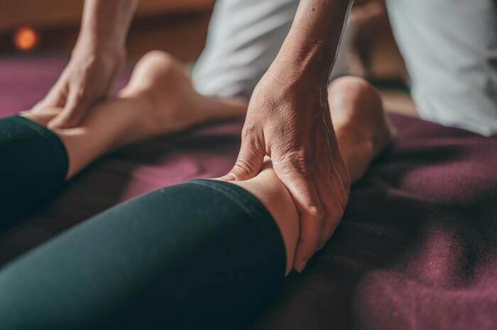 例えば、肩こりが酷くなると頭痛やめまいがしたり、足に疲れが溜まるとむくみやこむら返りの原因になったりと、コリや疲れは、体全体の不調につながってしまうこともあります。体調が整わないと、精神的にも落ち込みがちになってしまい悪循環な結果に。