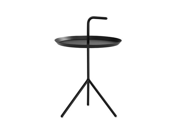 """こちらはデンマークのブランド「HAY(ヘイ)」のサイドテーブル。""""Don't Leave Me(置いていかないで)""""という名前の通り、取っ手を持って気軽に移動できます。玄関だけでなくリビングや寝室でも活躍するアイテムです。  約幅38×奥行38×高さ58cm"""