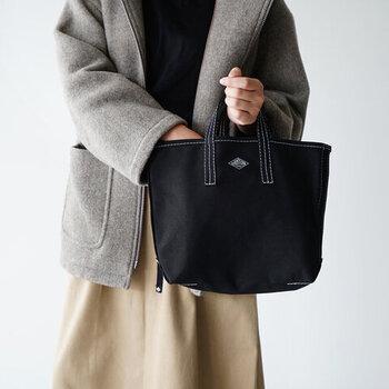 「DANTON(ダントン)」のキャンバストートバッグ。毎日に必要なアイテムをきちんと収納しつつ、A4サイズも収納可能なマルチに使えるサイズ感。