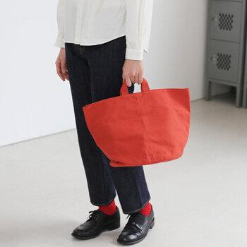 「ateliers PENELOPE(アトリエペネロープ)」の10号帆布を使用したトートバッグ。筒型の本体に短めの持ち手が大人の印象。