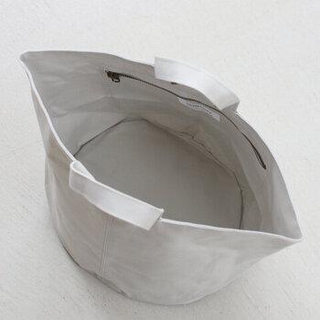 大きく開く開口部で物がたくさん入り、出し入れもしやすい。内側には小物の収納にぴったりなファスナーポケット付き。