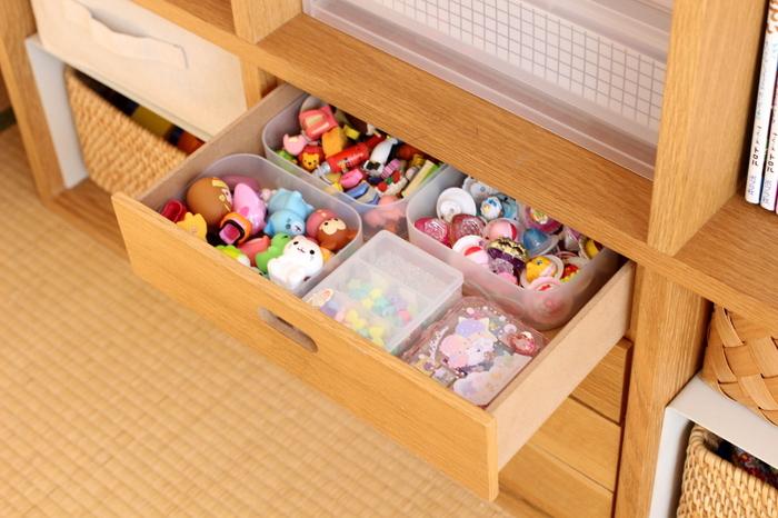 小さめのおもちゃは、半透明のボックスにざっくり入れて引出しに。カラフルな色合いを隠して収納することで、すっきりした空間をキープできます。蓋なしのケースなら開け閉めの手間がないので、子供も片付けやすいですね。