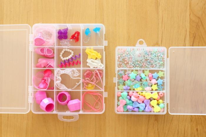 人形などの細かいパーツやビーズは、100均などで購入できるセパレートボックスに収納するのがおすすめ。透明なのでラベル付けをしなくても中身が分かり便利です。選ぶなら仕切りを取り外せるタイプがベスト。アイテムに合わせてスペースを調節できるので、よりキレイに収まります。子供が使うグッズだけでなく、手芸用品などをしまっても良いですね。