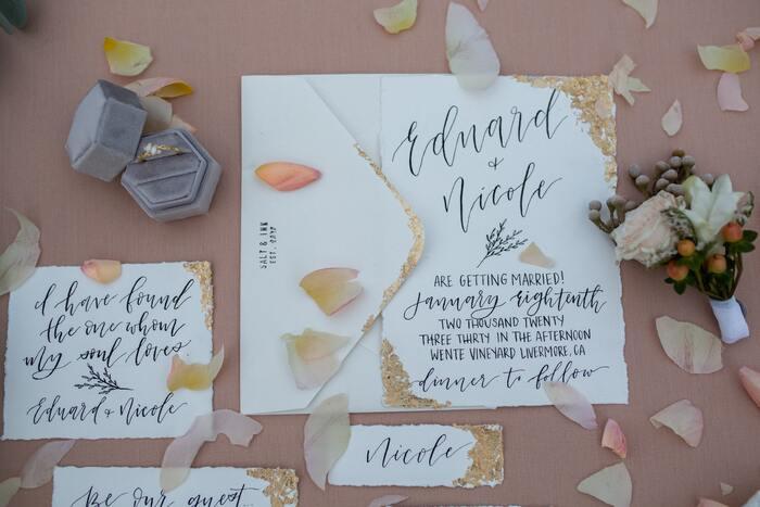 メッセージを書いたシンプルなカードに金箔を施すと、洗練されたゴージャスな雰囲気に。カードの角など部分的に付けるとおしゃれです♪