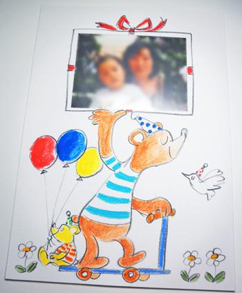写真を使ったメッセージカードはお好きなイラストを描いたり、シールなどを貼ってアレンジしてもいいかも。くまがプレゼントの中に入った写真を運んでいるイラストが見ていて楽しいですね。