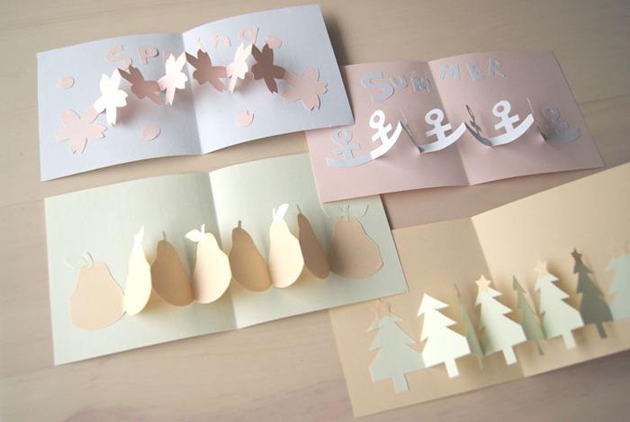 こちらは、開くとモチーフが連なった立体的なカードです。紙を折りたたんでそれぞれの形にカットして作っています。桜や洋梨、クリスマスツリーなど、季節の花や植物、くだもののデザインでアレンジしてみましょう。