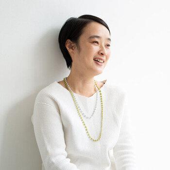 とても軽やかに付けられる、見た目にも体にも優しいネックレス。重さはわずか6gなので、「肩コリしやすいからネックレスは苦手……」という方にもおすすめです。アイボリーなど、白系の色合いのものはまるで真珠をまとうかのようにお洋服に合わせられますよ。