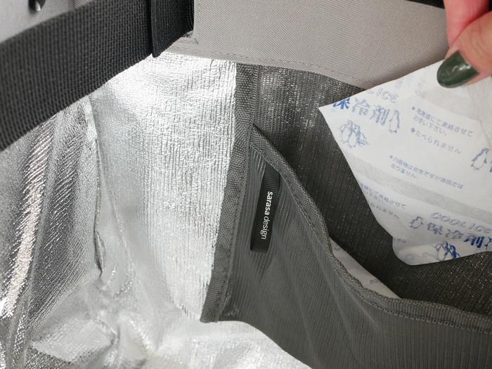 内側の小さなポケットには保冷剤を入れるためのものです。開口部は幅広のマジックテープになっていて、口を閉じることも可能です。