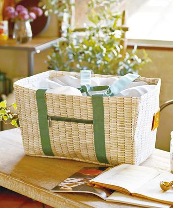 ポリエステル素材のバッグは、表面にナチュラルな自然素材のバスケット柄が印刷されています。レジかごサイズで、ピクニックにもゆとりの容量です。丈夫には巾着状のカバーが付いていて、内側には保冷材用のポケットもあります。