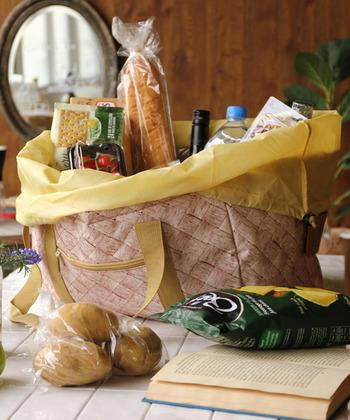 カラーバリエーションが豊富なのも魅力の一つです。こちらは明るいベージュです。ピクニックはもちろん、毎日のお買い物にも重宝してくれそうですね。