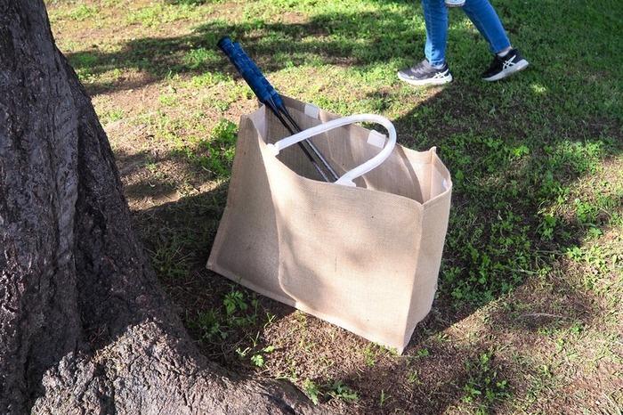 ジュートでできた、素朴な質感のバッグです。しっかりとした生地で自立してくれるから、屋外での使用も快適です。汚れを気にせずどんどん持ち出したくなります。