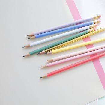まず一番簡単なのが、鉛筆の後ろに付いている小さな消しゴムを使う方法。丸い形を活かしてポンポン押すだけで水玉デザインに。
