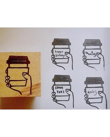 """コーヒーのテイクアウトカップ風のデザイン。スリーブ部分が空欄なので、自由にメッセージを書き込めます。""""ありがとう""""や""""Happy Birthday""""などいろんなシーンで活躍してくれそうです。"""