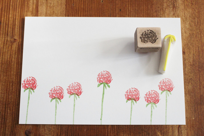 お花部分と茎部分を別々にスタンプするタイプ。背の高さを変えたり、少し斜めに押してみたり、思い思いのデザインでアレンジできるのがいいですね。