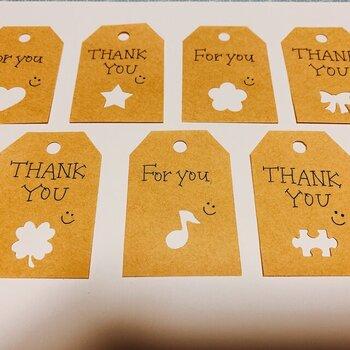 タグの形のクラフト紙をクラフトパンチで切り抜いた、シンプルでおしゃれなカード。クラフト紙のナチュラル感がいいですね。メッセージは手書きでも、スタンプでも雰囲気があります。