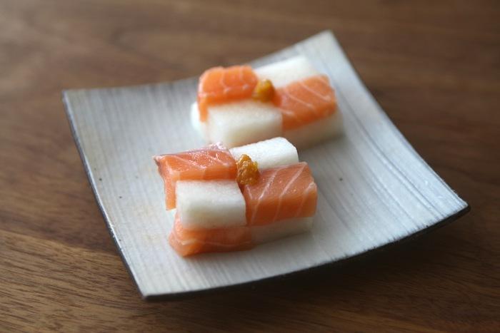 サーモンと梨の色のコントラストがきれいな前菜。おしゃれな和食として、お客さんが来た時のおもてなしとしてもおすすめです。白みそとみりんの甘じょっぱい味わいがたまりません。