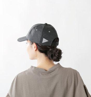ロングヘアでもキャップをすっきりとかぶりたいときには、髪の毛をひとまとめにし低めの位置でおだんごを作りましょう。深めにかぶったときでもバランスよくまとまってくれるので、小顔に見せたいときにも◎