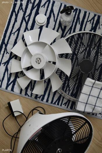 使い方は、まずスプレーをよく振ってから扇風機のパーツに吹きかけ、柔らかいクロスでしっかり伸ばします。摩擦を起こすことがポイント!これだけで綺麗を保てますよ。扇風機だけでなく、水回りやテレビ、窓ガラスなど様々な場所に使えます。