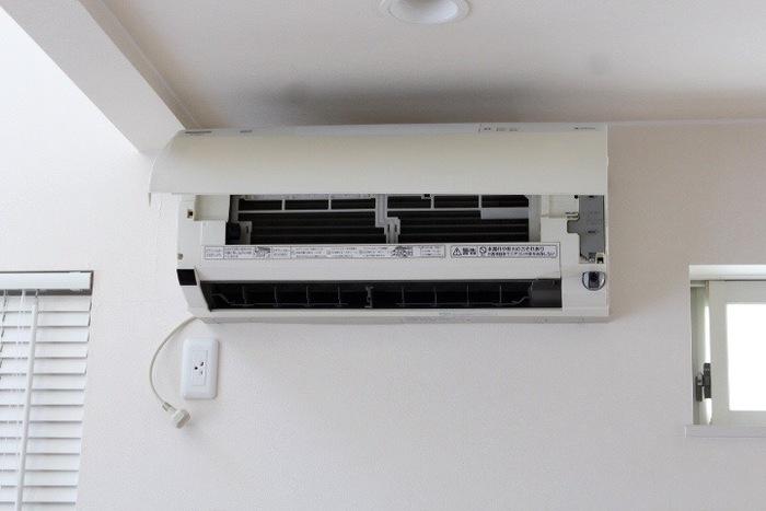 エアコン内部はハンディモップや掃除機を使って、軽くホコリを取ります。水で濡らしたり、洗剤を使ったりするのはNG!外側や吹き出し口のホコリも拭き取りましょう。