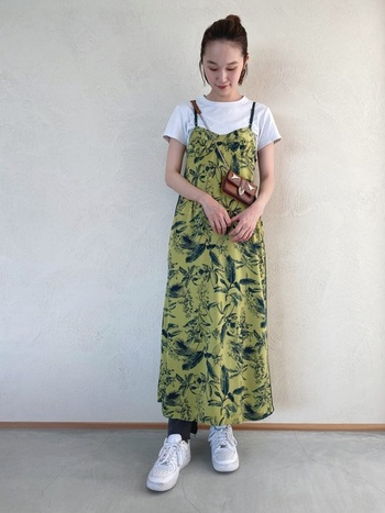 ハワイを思わせるトロピカル柄のサマードレスは、くすみ感のあるカラーを選べば派手になりすぎません。キャミソールタイプのドレスにはTシャツをレイヤードして、カジュアルに着こなしましょう。
