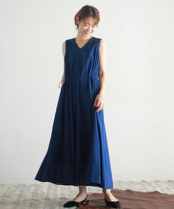 クールな中にも凛とした美しさを感じさせる深みのある青は、ちょっと特別な夏の装いにぴったり。ふんわり広がるフレアスカートは足首を華奢に見せてくれる効果も◎ウエストの紐は取り外しでき、ウエストマークすれば着こなしにメリハリが。