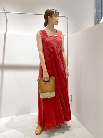 かわいらしくなりすぎない、くすみ感のある赤色のサマードレス。胸元の太いベルトが首周りをきれいに見せてくれます。一枚で着ても、Tシャツやキャミソールとのレイヤードスタイルも素敵♪