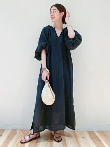 落ち着いた色合いの大人カラーのサマードレスは、ちょっぴり特別な日にも最適な一枚。ネイビーなら重たくなりすぎず、ちょうどいいきちんと感が。ボリューム感のある袖でトレンドもしっかりと押さえて◎