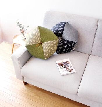 京都で1919年創業の「洛中高岡屋」。職人が仕立てる座布団、布団、枕で人気のブランドです。  還暦祝いなどお祝いのプレゼントにおすすめしたいのが、綿がたっぷり詰められた「おじゃみ座布団」。座布団よりも高く、座椅子よりも少し低いサイズ感。和室で暮らしている方にとって使い勝手がいいアイテムです。  心がほっとやすらぐような柄・デザインで愛着がわきますね。