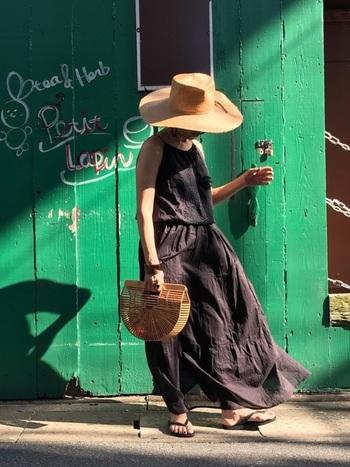 チャコールグレーのサマードレスは、こなれ感のあるスタイリッシュな装いに。胸元にあしらわれた刺繍は上品さを高め、大人のリゾートスタイルを作ります。