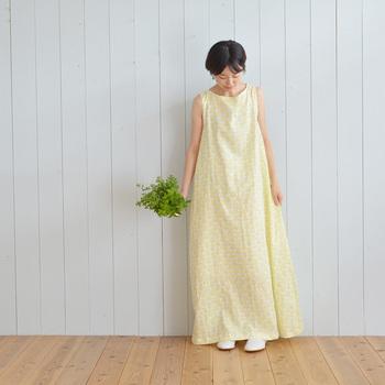 好きな生地を使って、自分にぴったりなサマードレスを手作りしてみませんか?こちらはロングマキシ丈のゆったりとしたドレス。シンプルなデザインなので、テキスタイルや大柄の生地にぴったりです。