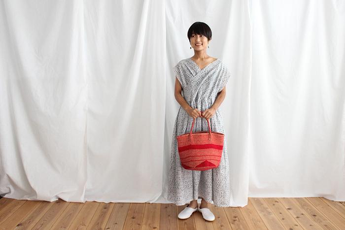 胸元が交差したカシュクールデザインのサマードレスなら、型紙なしで手作りできるので初心者さんにもおすすめ。柔らかな生地で作れば、ふんわりと着心地のよい一枚に♪