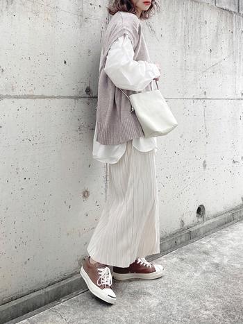 白シャツで作るワントーンコーデには、淡いパープルのベストを重ねて温かみをプラス。プリーツスカートで女性らしさを、またスニーカーはブラウンをセレクトすることで、より季節感を楽しむコーデにアップデート!