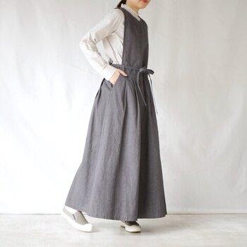 細めのリボンで、カジュアルだけど上品で女性らしい雰囲気のエプロンタックドレス。カットソーやシャツ、ハイネックなど、インナーに変化をつけていくことで、長い期間スタイリングを楽しめるアイテムです。