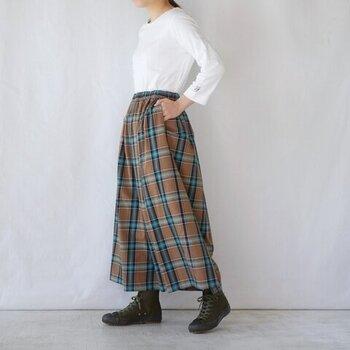 今年の秋冬注目のチェックが印象的なロングスカート。ブラウン×ブルーという秋らしい色合いなので、半袖とあわせても季節感を損なう心配はありません。足元もサンダルからブーツへチェンジすれば、より温かみあるコーデが完成します。