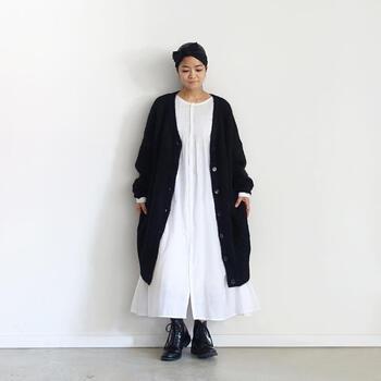 白のロングシャツワンピに黒を合わせると、可愛らしさの中にも大人っぽさを感じる着こなしに。ロングカーディガンがワンピースの広がりを押さえ、レザーシューズでさらにまとまりとかっこよさを演出します。