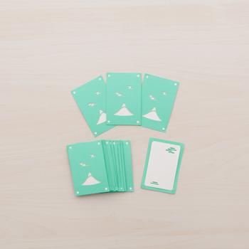 富士山と雲の形に切り抜いたグリーンのカードと背景の白いカード、2枚重ねたユニークなデザイン。シンプルながらも奥行きを感じますね。