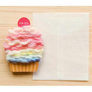 毛糸のクリームがカップケーキの立体感を見事に表しています。毛糸をほどいていくと、中からメッセージが出てくるといサプライズを仕掛けています。